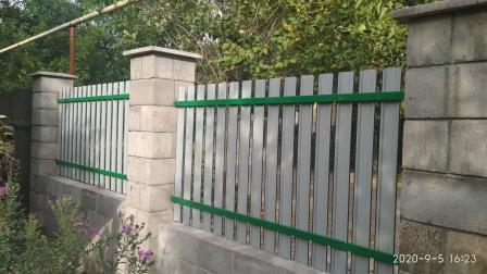 Забор из металлического штакетника (внутренняя сторона)