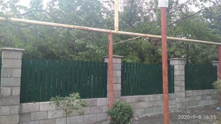 Забор из металлического штакетника и шлакоблока