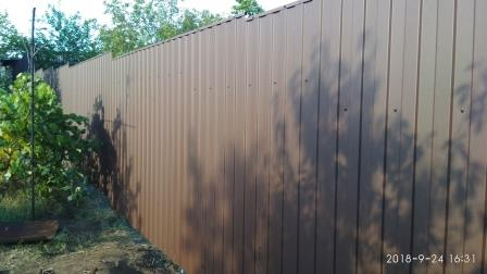 Забор из профнастила ПС-8 коричневого глянцевого цвета