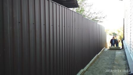 Забор из профнастила ПС-20 матового коричневого цвета (ПЛ 8017)