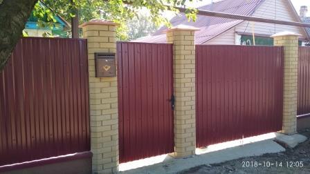Ворота и калитка из профнастила с кирпичными столбами