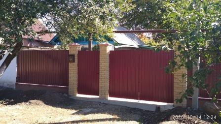 Забор и калитка из профнастила с кирпичными столбами