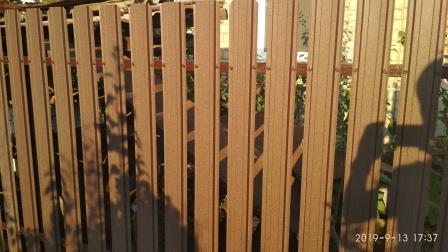 Забор из штакетника коричневого матового цвета (ПЛ 8017)