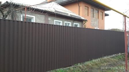 Забор из профнастил ПС-20 коричневого матового цвета (ПЛ 8017)
