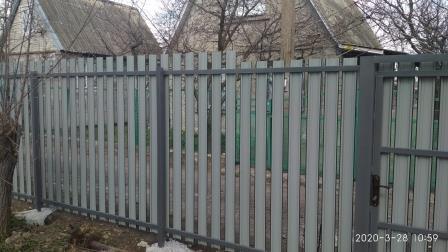 Забор из металлического штакетника