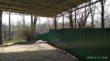 Забор из профнастила ПС-8 зеленого цвета (ПЛ 6005)
