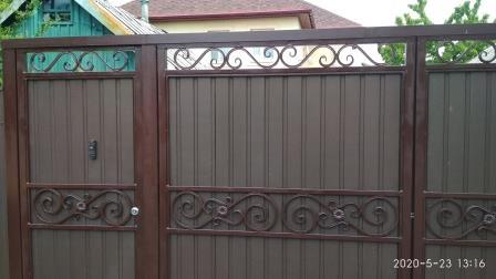Ворота из профильной трубы и профнастила с кованными элементами