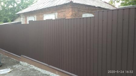 Забор из профнастила ПС-8 с матовым коричневым покрытием (ПЛ 8017)
