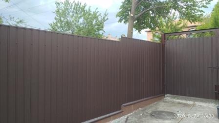 Забор из профнастила ПС-8 с матовым покрытием коричневого цвета (ПЛ 8017)