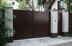 Ворота из профнастила с кирпичными столбиками
